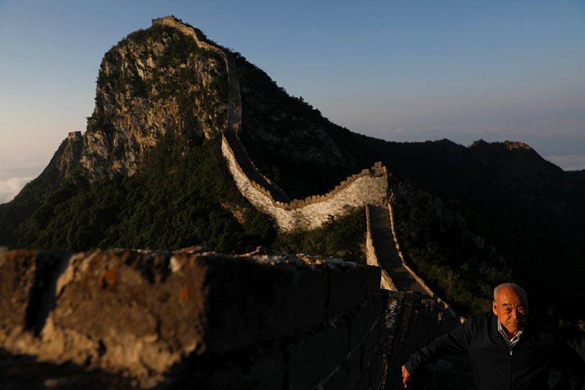 """Известный своей дикой красотой участок стены Цзянкоу был построен в последние годы правления династии Мин в 1600-х годах. Однако эта часть стены считается """"молодой"""" по сравнению с другими участками, которым под две тысячи лет."""