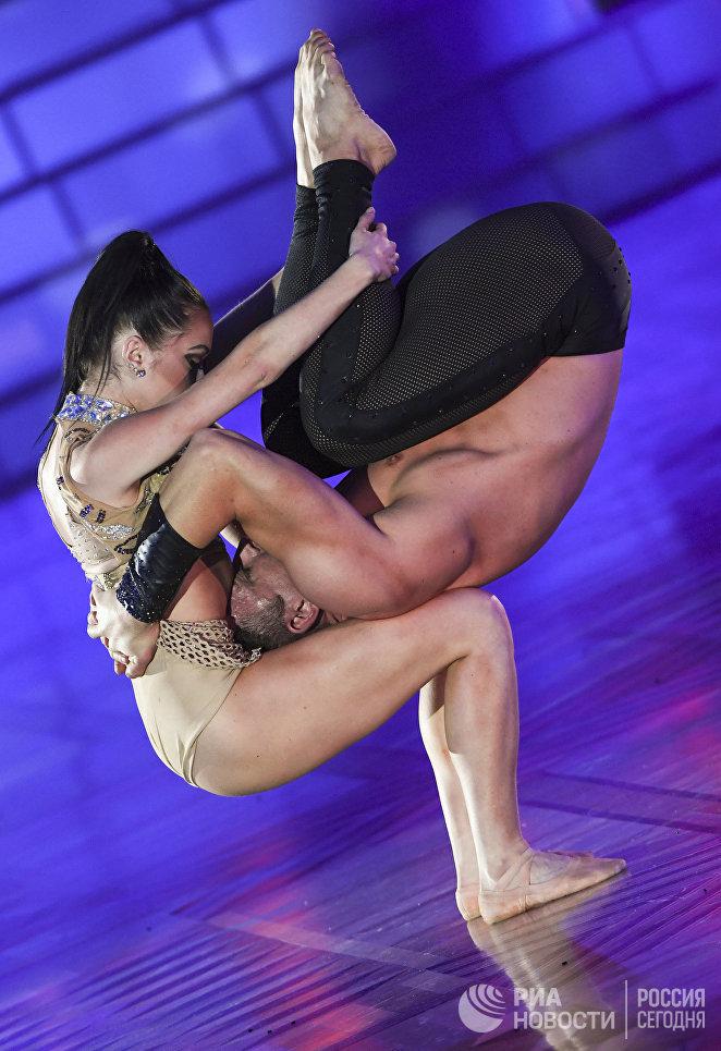 Крейг Смит и Андреа Харвей из ЮАР являются представителями танцевального направления exhibition.
