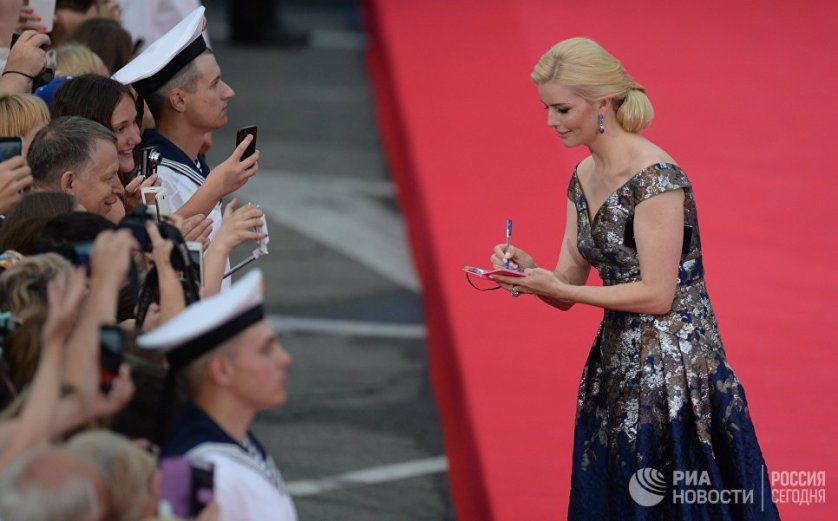 """Актриса Анна Чурина раздает автографы зрителям на открытии 28-го """"Кинотавра"""" в Сочи."""