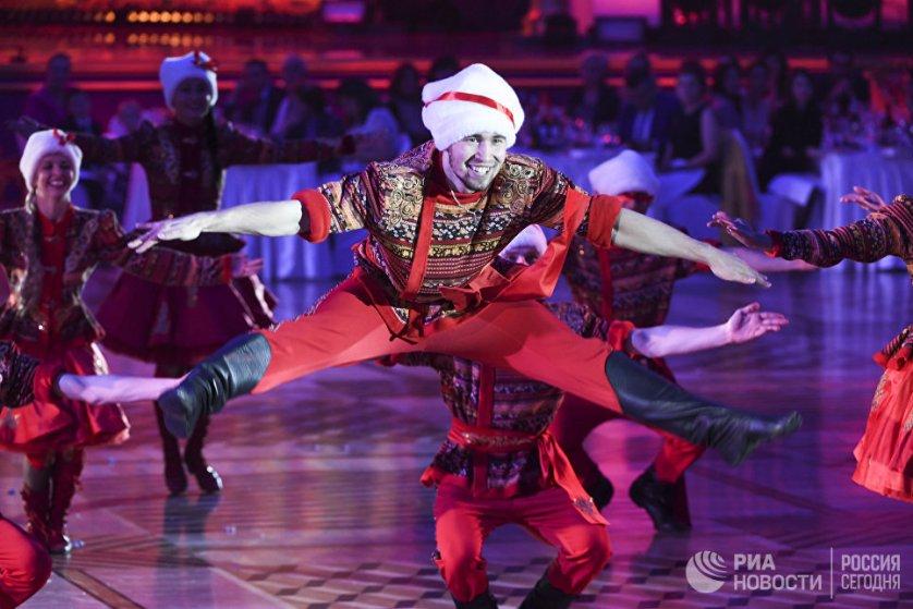 """На шоу выступили участники ансамбля """"Тодес"""" Аллы Духовой."""