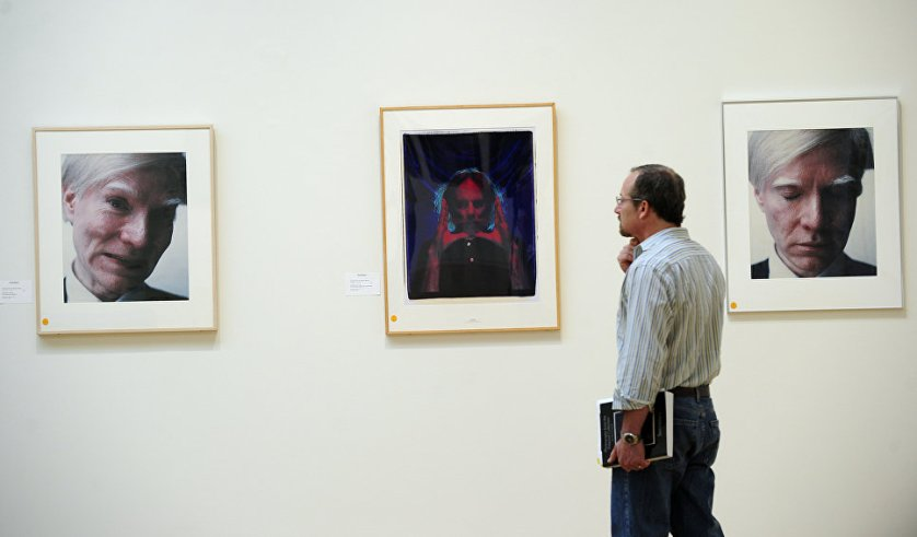 Снимки Энди Уорхола снятые на Polaroid на аукционе Sotheby's в Нью-Йорке