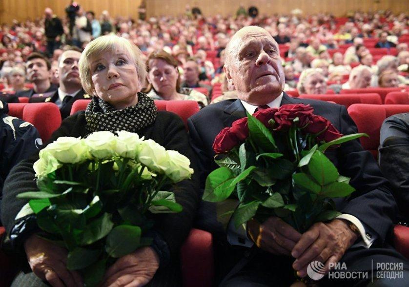 Режиссер Владимир Меньшов с супругой актрисой Верой Алентовой на церемонии прощания с актером Алексеем Баталовым