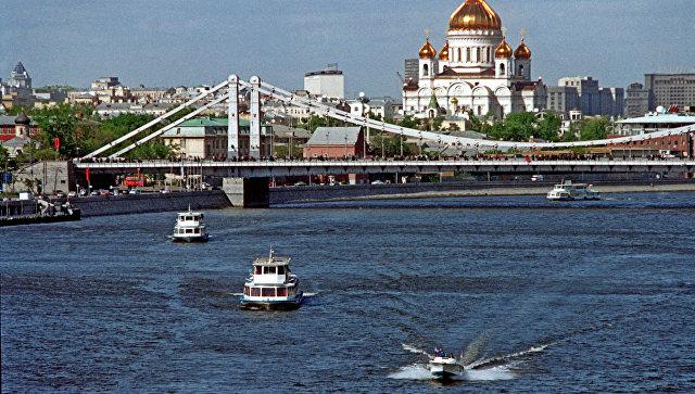 Мужчина на спор прыгнул с теплохода в реку в центре Москвы