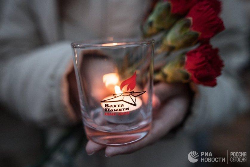 """В Москве в ночь на 22 июня в 26 раз прошла патриотическая акция """"Вахта памяти"""", во время которой молодые люди из разных общественных организаций вместе с ветеранами войны возложили цветы к Могиле Неизвестного солдата."""