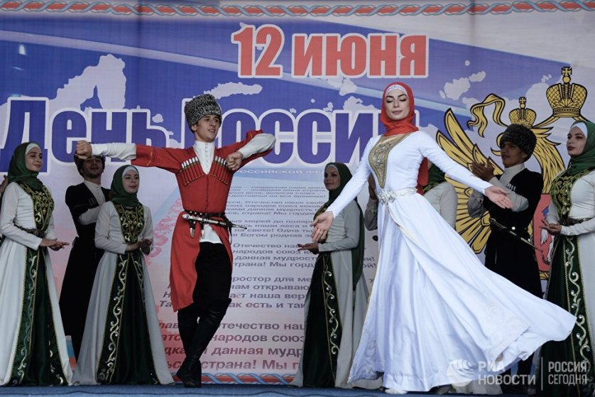 """Официальное название """"День России"""" закрепилось за праздником лишь в 2002 году. На фото - концерт в Чечне."""