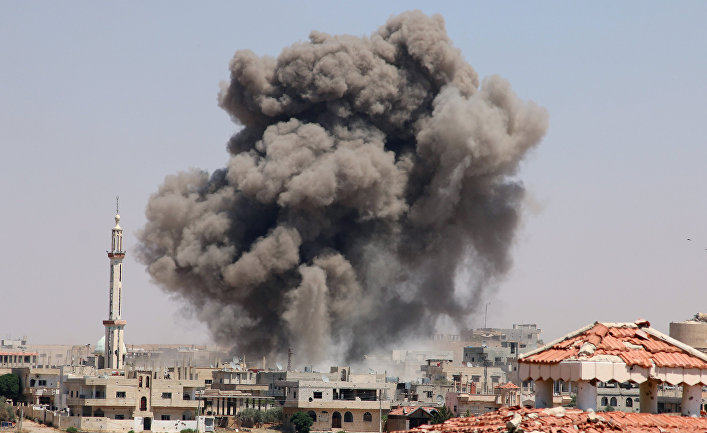 15 июня 2017. Дым после атаки в городе Деръа, Сирия.