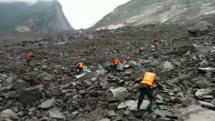 الصين: 100 شخص يحتمل أنهم دفنوا في انهيار أرضي دمر قريتهم