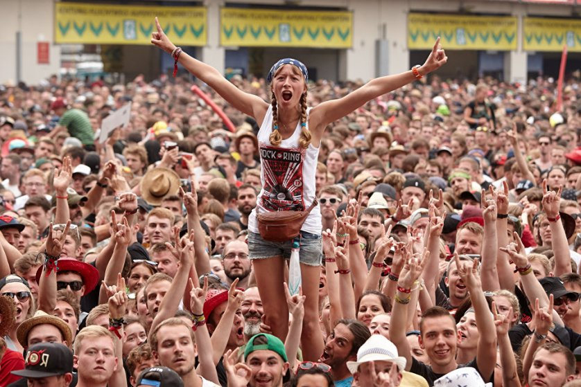 Поклонники группы Broilers на музыкальном фестивале Rock am Ring в Нюрбурге, Германия.