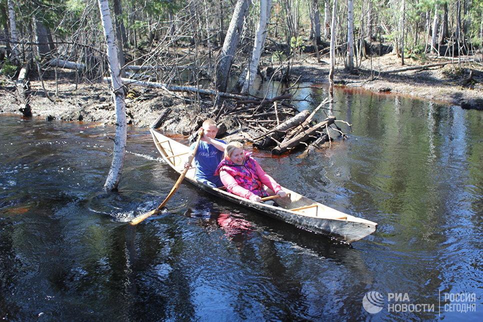 Для рыбного промысла народы ханты и манси используют обласы – лодки из цельного ствола кедра или осины, изготавливающиеся специально для каждого члена семьи, под его рост и вес.