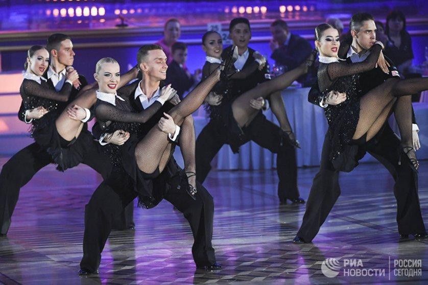 На паркете Кремлевского дворца выступили танцоры из России, Азербайджана, США, Италии, Дании и Южно-Африканской Республики.