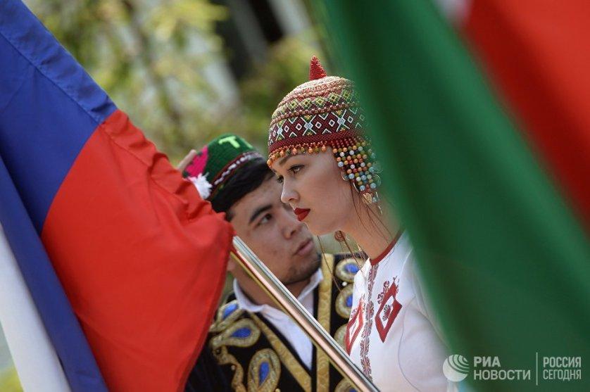 Теперь россияне традиционно отмечают этот день массовыми народными гуляниями, спортивными мероприятиями и концертами. На фото - парад в Казани.