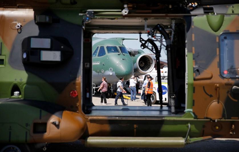 Вид на двухмоторный военно-транспортный самолет Embraer KC-390