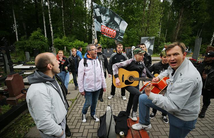 Поминальный камень и песни под дождем: в России отмечают 55-летие Виктора Цоя