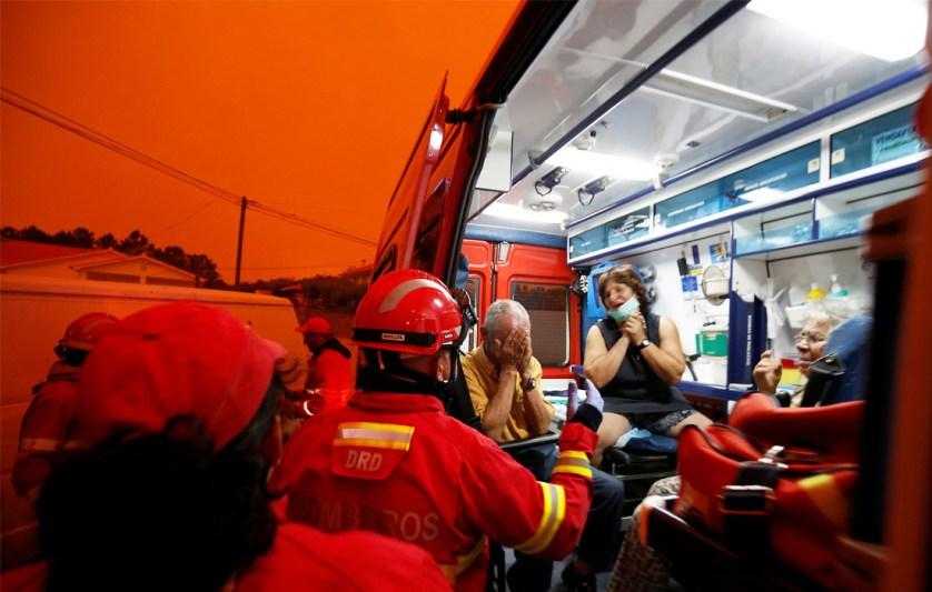 Пожары унесли жизни по меньшей мере 62 человек, еще 54 госпитализировали. Они размещены в больницах Лиссабона, Коимбры и Порту. Большая часть пострадавших - гражданские лица, но есть среди них и восемь пожарных. Состояние четверых из них оценивается как серьезное.