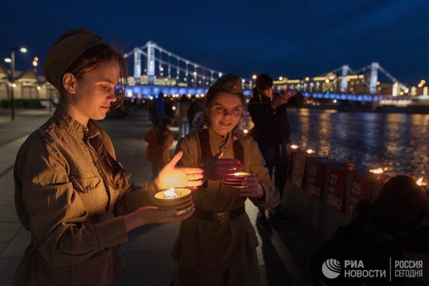 """Мероприятие проходило в рамках акции """"Линия памяти"""", во время которой каждый желающий мог зажечь свечу в память о важном для его семьи дне войны. Свечи будут гореть до полуночи 23 июня."""