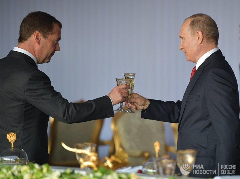 Владимир Путин и Дмитрий Медведев провели торжественный прием в Кремле в честь Дня России.