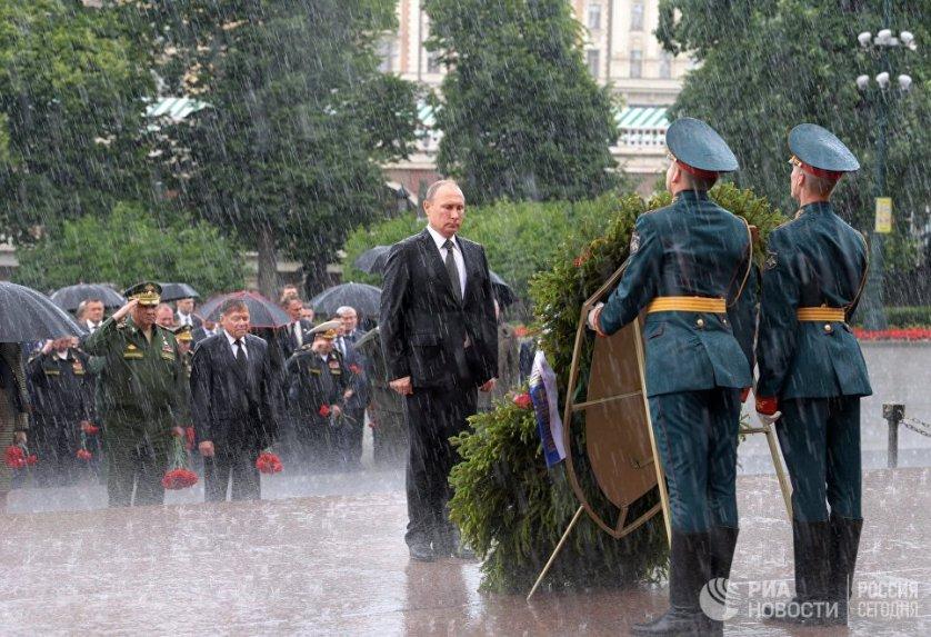 Президент России Владимир Путин в День памяти и скорби принял участие в церемонии возложения венков к Могиле Неизвестного солдата в Александровском саду.