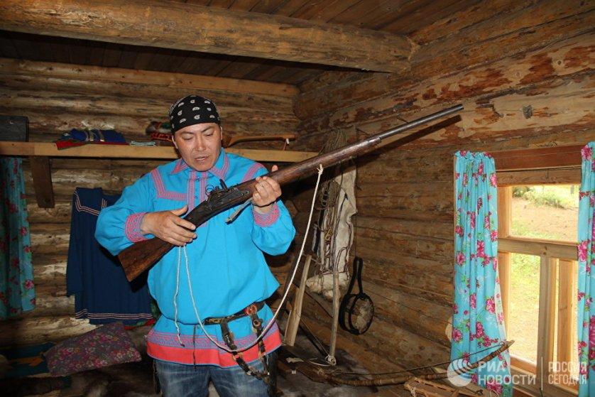 Охота – традиционный промысел хантов и манси. Мальчики в знак доказательства того, что умеют охотиться, должны в 7 лет принести отцу белку, которой они попали стрелой в глаз. Женщины у северных народов также умеют охотиться с малых лет.