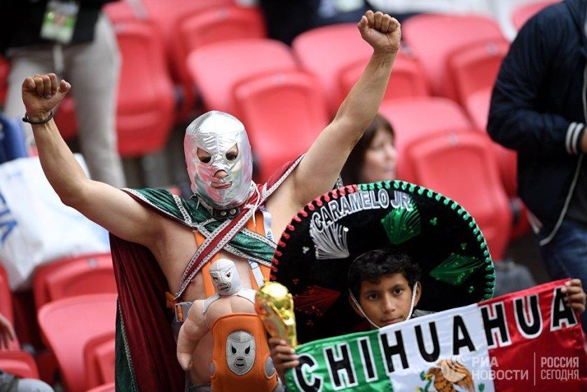 Мексиканские болельщики перед началом игры сборных Португалии и Мексики.