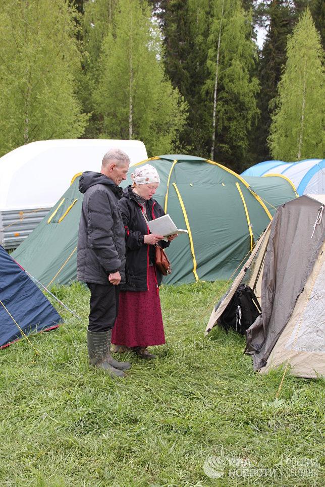 Верующие преодолевают путь длиною 150 километров, несмотря на дожди и бездорожье.
