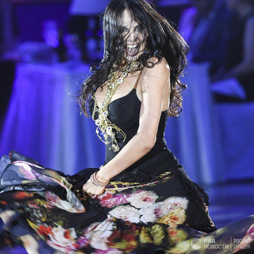 Мария Тзапташвили, выступающая в дуэте с Владимиром Карповым, является чемпионкой мира по Free Style и обладательницей Кубка Европы и мира по латиноамериканским танцам WDSF.