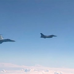 Истребитель Су-27 отгоняет F-16 НАТО от самолета Шойгу