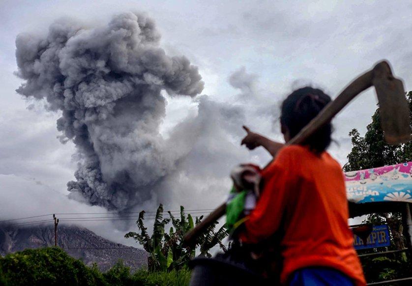 Извержение вулкана Синабунг в провинции Центральная Ява в Индонезии.
