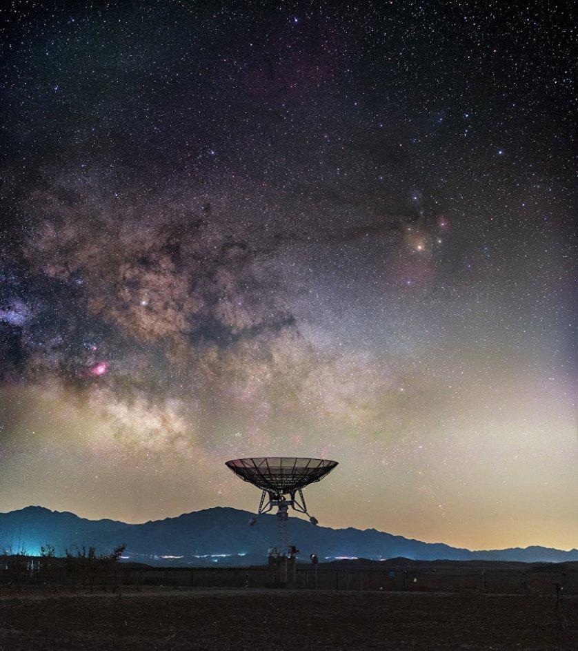 """Работа китайского фотографа Haitong Yu """"Битва, которую мы проигрываем""""(A Battle We Are Losing). На снимке, запечатлевшим Млечный путь в небе над Национальной астрономической обсерваторией Китая, видно, как постоянно растущее загрязнение воздуха мешает работе оптических и радио-обсерваторий, находящихся вблизи больших городов."""