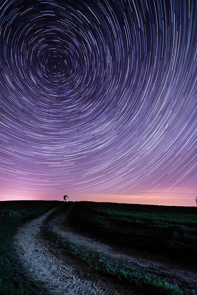 """Работа британского фотографа Andrew Whyte """"Потерянный час"""" (The Lost Hour) была сделана 26 марта в Хэмпшире, в день когда граждане Великобритании переходили на летнее время. Длинные выдержки позволили показать вращение Земли вокруг своей оси в то время как небо """"двигается"""" против часовой стрелки вокруг Северного небесного полюса."""