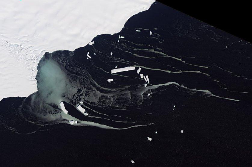 """""""Хотя этот новый айсберг не станет причиной немедленного повышения уровня моря, в том случае, если шельф еще сильно уменьшится, это может привести к тому, что ледники будут подмывать берега на пути к океану. Эти льды могут со временем повлиять на уровень моря, но очень незначительно"""", — считает гляциолог Мартин О'Лири из университета Суонси в Уэльсе."""