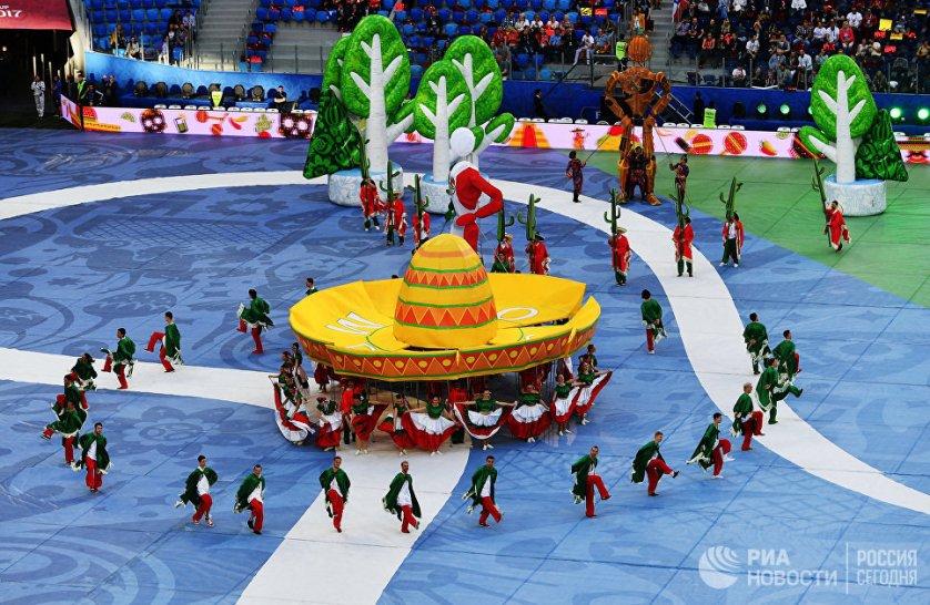 После выступления артистов, музыкантов и танцоров прошел парад чемпионов, в котором были представлены все победители в истории Кубка конфедераций.