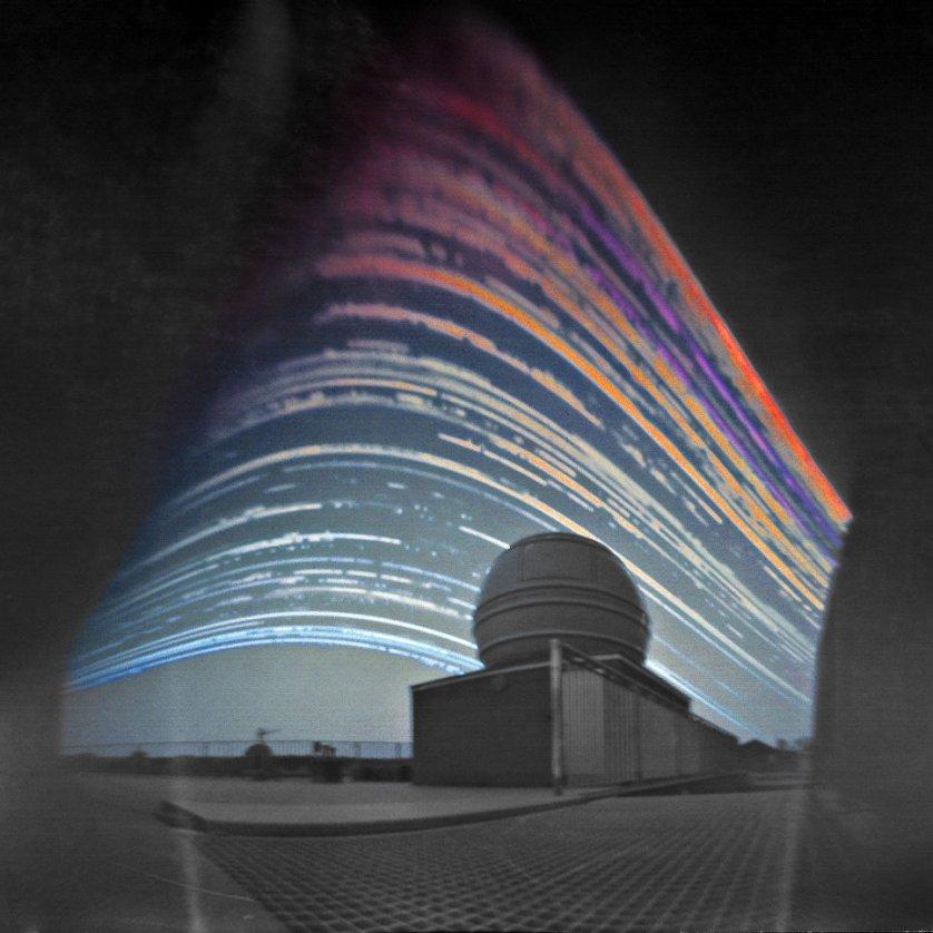 """Работа фотографа Maciej Zapior """"Солнечные тропы над телескопом"""" (Solar Trails above the Telescope). На снимке запечатлены графики движения Солнца над Астрономическим институтом Чешской академии наук в течение полутора лет."""
