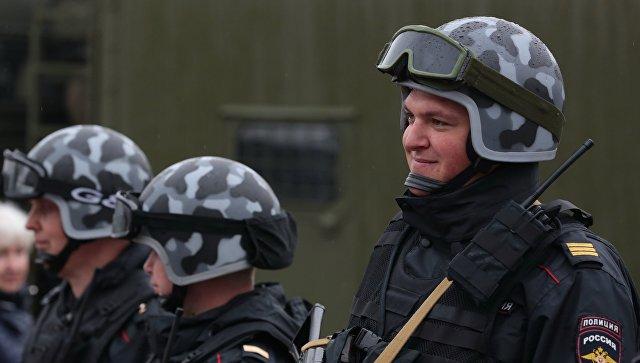 Во Владивостоке мужчина обстреливал прохожих с балкона