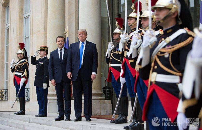 Дональд Трамп и Эммануэль Макрон во время встречи в Париже. 13 июля 2017