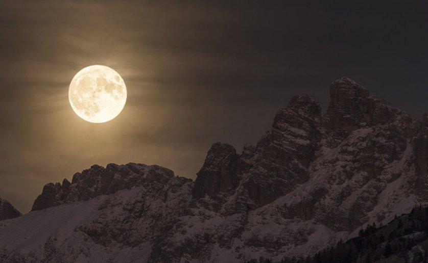 """Работа фотографа Giorgia Hofer """"Суперлуние"""" (Super Moon). Снимок был сделан в самом сердце Доломитовых Альп в Италии в ночь на 14 ноября 2016 года. В эту ночь Луна была на 30% ярче и 14% больше, чем в другие полнолуния."""