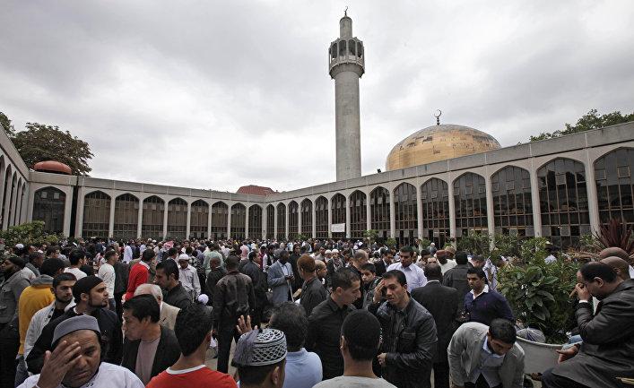 Британские мусульмане возле Центральной мечети Лондона.