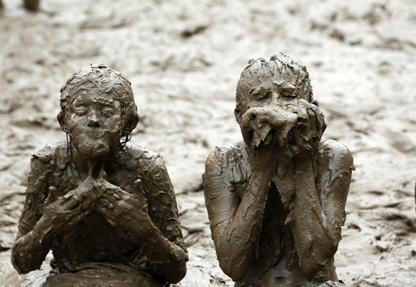 "Дети отмечают ""День грязи"" в парке Nankin Mills в Мичигане, США."