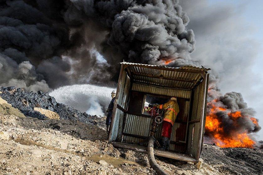 Джихадисты ИГИЛ* подожгли нефтяное месторождение во время отступления из района Кайяра.