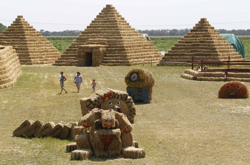 Есть в парке и репродукция одного из семи чудес света - египетских пирамид, построенных почти что в натуральную величину.