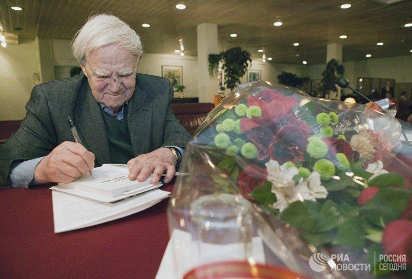 """Первые книги Гранина были опубликованы в начале 1950-х годов. Одна из основных тем большинства произведений писателя: ученые и изобретатели в современном мире, и нравственный кодекс их гражданского поведения. На фото: Даниил Гранин во время презентации своей книги """"Причуды моей памяти""""."""