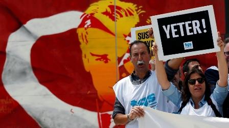 Члены Союза журналистов Турции во время демонстрации в Стамбуле 3 мая 2017 г., во Всемирный день свободы прессы. На плакате написано «Довольно!»