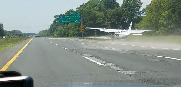 В Нью-Йорке одномоторный самолет экстренно сел на автомагистраль
