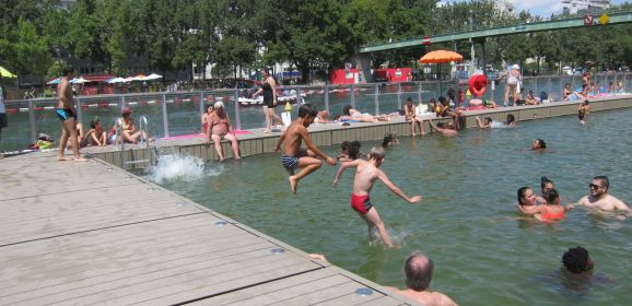 """الباريسيون يواجهون حرارة الطقس بالسباحة في حوض """"لافيليت"""" بقلب العاصمة"""