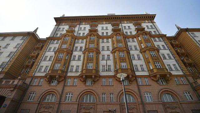 Эксперт рассказал о последствиях приостановки выдачи виз США в России