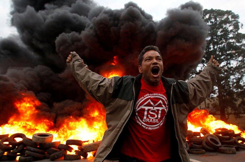 """Член """"Бразильского движения бездомных рабочих"""" во время протеста против президента Мишеля Темера в Сан-Паулу."""