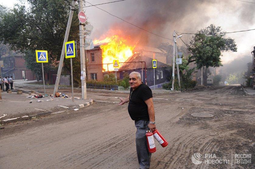 Из-за разраставшегося пожара многие люди были вынуждены покинуть свои дома, находящиеся рядом с местом возникновения возгорания.