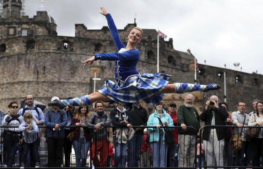 Исполнение народных шотландских танцев на эспланаде у Эдинбургского замка.