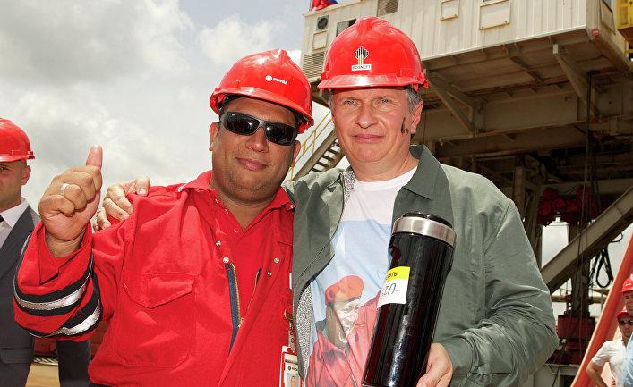"""Глава компании ОАО """"НК """"Роснефть"""" Игорь Сечин (справа) во время рабочей поездки в Венесуэлу."""