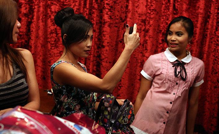 15 мая 2016. Филиппинки, работающие горничными участвуют в модном показе в ресторане в Бейруте, Ливан.