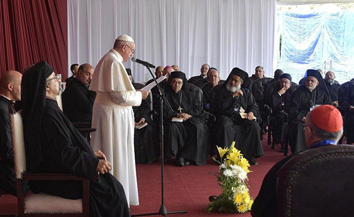 Папа Франциск выступает с речью во время встречи с представителями духовенства в Каире